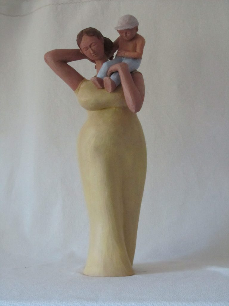 sculpture en argile, femme portant son enfant